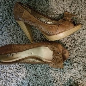 Brown leather heels with a bow size 7